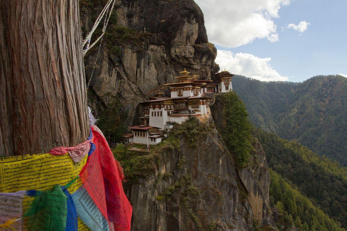 Mosteiro de Takshang, Butão: Este monastério se mantém sobre um precipício sobre o vale de Paro, ...