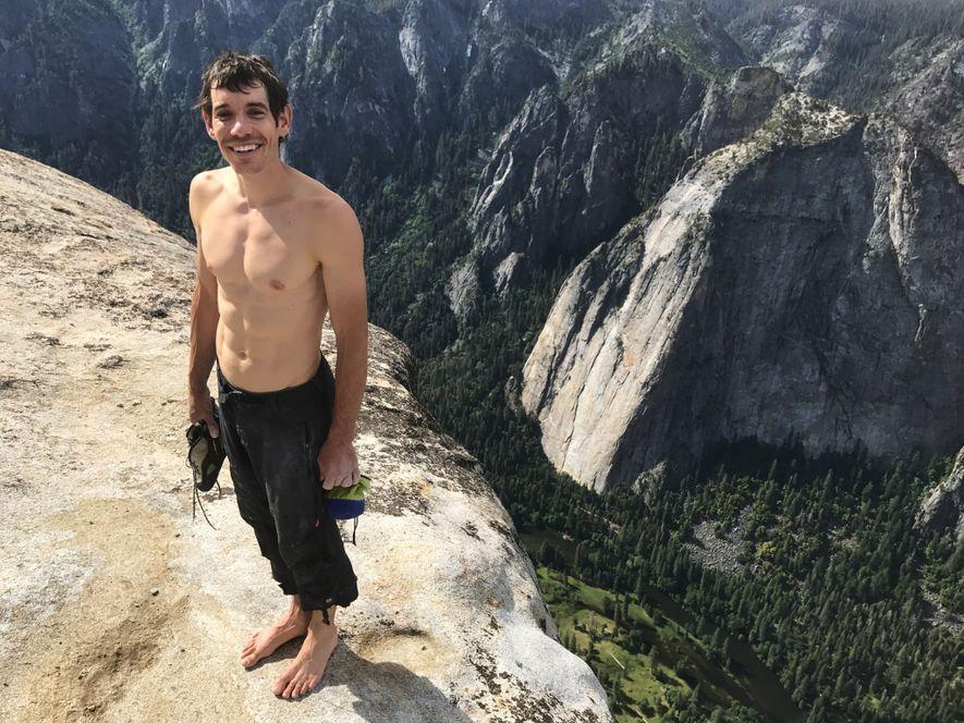 """Segurando todo o seu equipamento de escalada – os sapatos e o saco de magnésio –, Honnold está no topo do El Capitan quatro horas depois de haver começado a subir. """"No fundo, eu estava um pouco nervoso"""", disse ele depois. """"Poxa, é um baita paredão acima de você."""" Então, o que vem a seguir? """"Eu ainda quero novos desafios. Você não se aposenta assim que desce."""""""