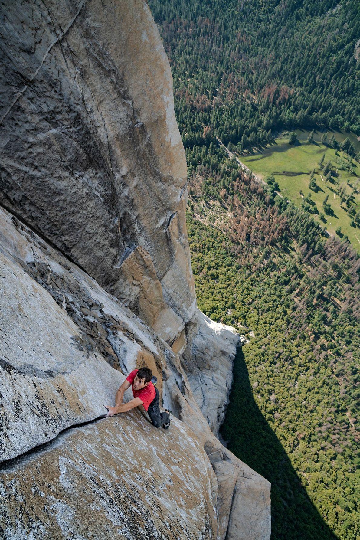 Com o vale de Yosemite, na Califórnia, bem abaixo, Alex Honnold faz solo livre — o ...