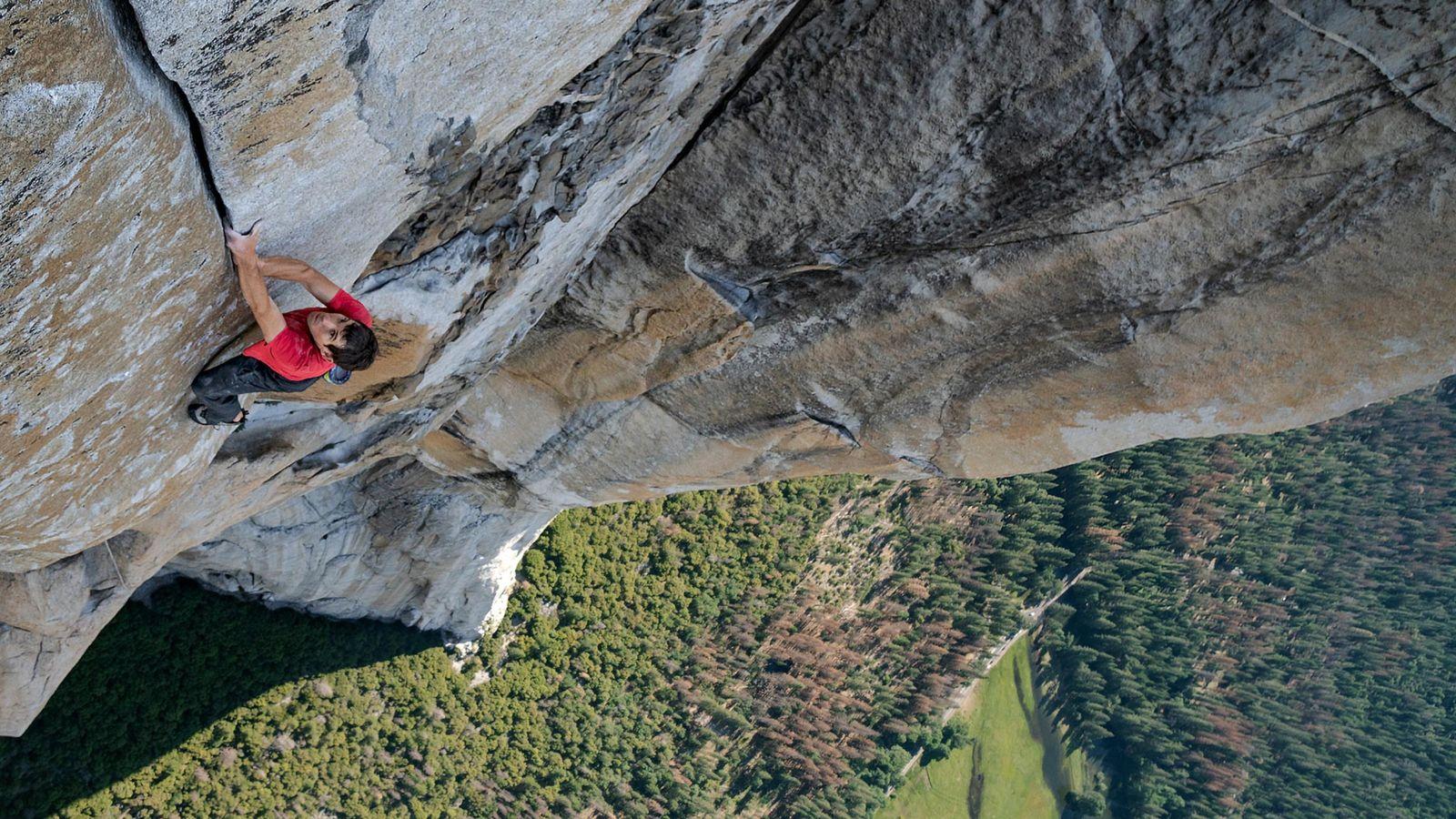 Com o Vale Yosemite, na Califórnia, bem abaixo dele, Alex Honnold avança na escalada solo – ...