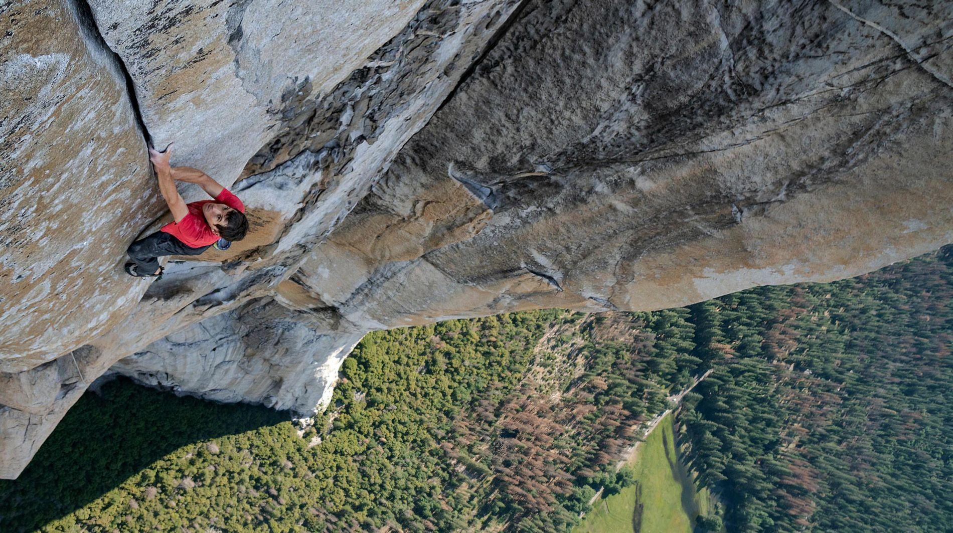 Com o Vale Yosemite, na Califórnia, bem abaixo dele, Alex Honnold avança na escalada solo – ou seja, sem cordas ou equipamentos de segurança – na face sudoeste do El Capitan, com 900 metros. Foi a realização de um sonho de dez anos.