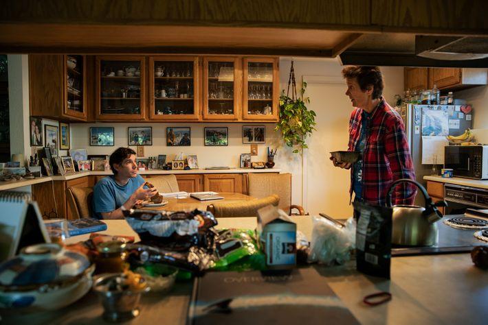 Honnold come um lanche com sua mãe na cozinha de sua casa de infância em Sacramento, ...