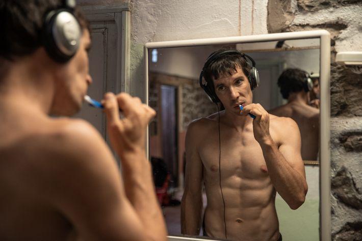 Honnold, de 33 anos, ouve música e escova os dentes enquanto se prepara para um dia ...