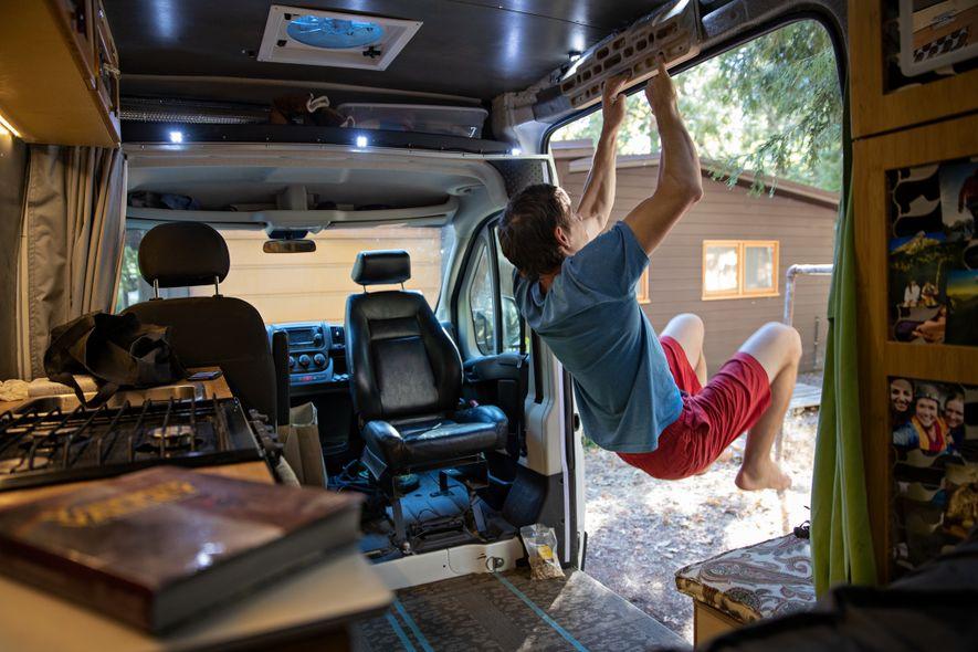 Na escalada solo, a força nos dedos pode significar a diferença entre a vida e a morte. Honnold executava uma sequência de 90 minutos no fingerboard a cada dois dias, em sua van, que durante anos foi seu acampamento-base móvel.