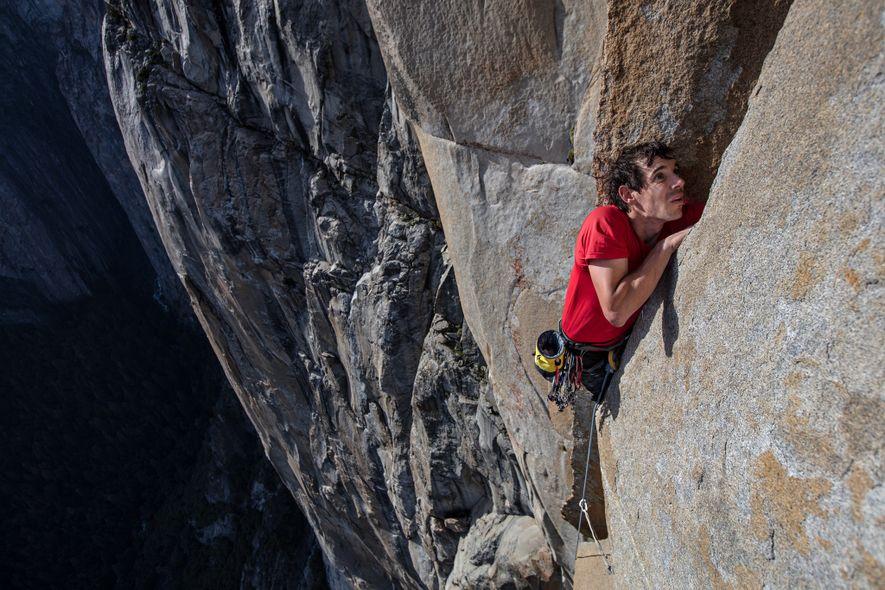 Com cordas, Honnold treina na via do El Capitan que escalaria solo depois. A Freerider põe à prova todas as partes do corpo de um alpinista – dos dedos das mãos aos dos pés –, assim como a resistência mental e física.