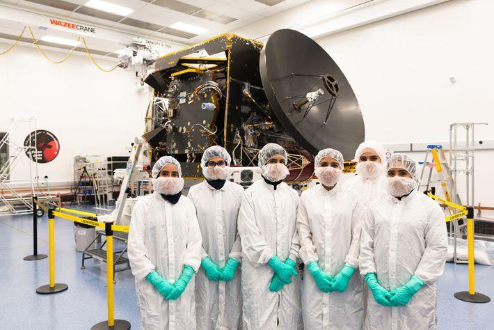 Membros da equipe da Missão a Marte dos Emirados (EMM) posam para uma foto em frente ...