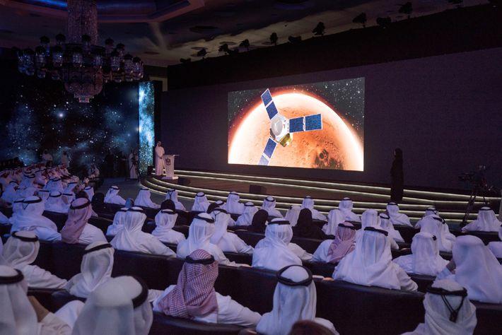 O primeiro-ministro dos Emirados Árabes, Sheik Mohammed bin Rashid Al Maktoum, de Dubai, à esquerda no ...