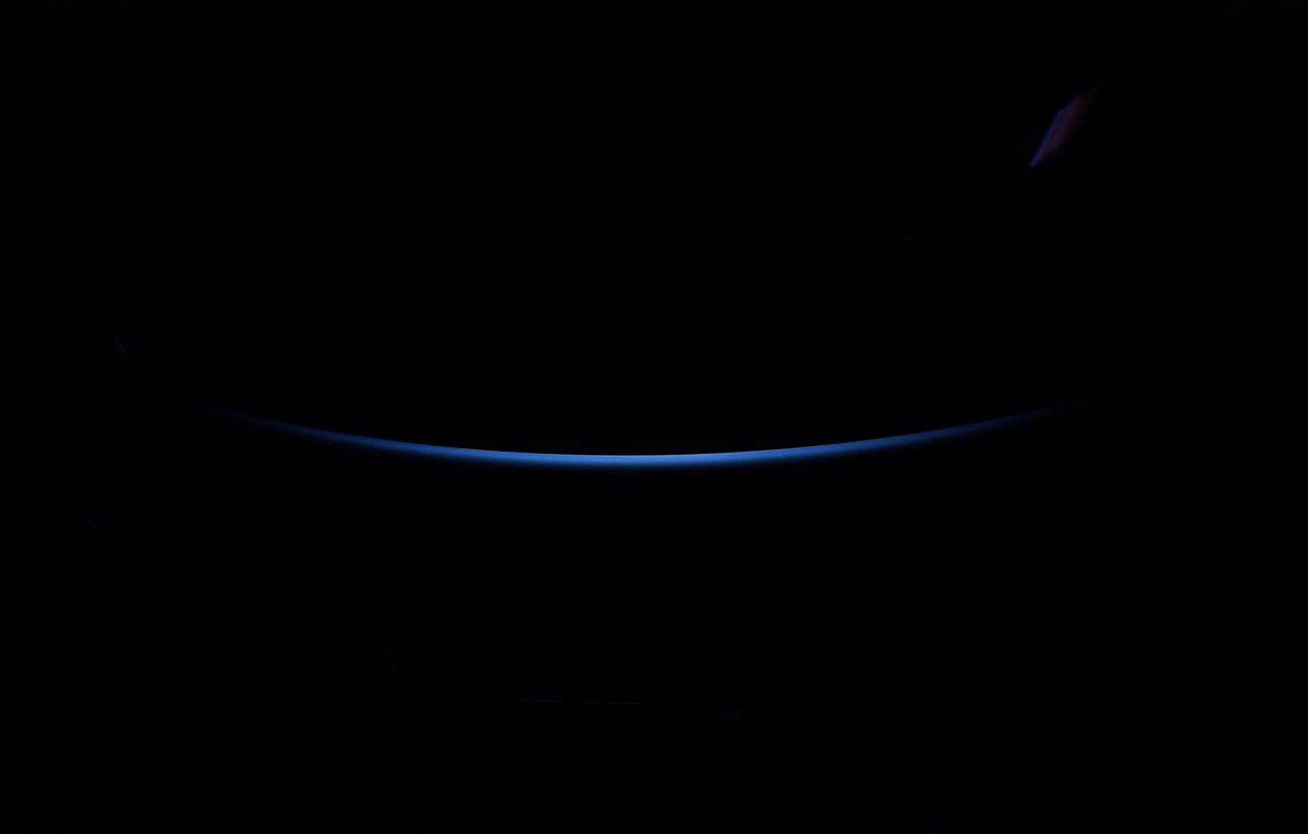 O astronauta Alexander Gerst da ESA (Agência Espacial Europeia) tirou essa foto do horizonte da Terra ...