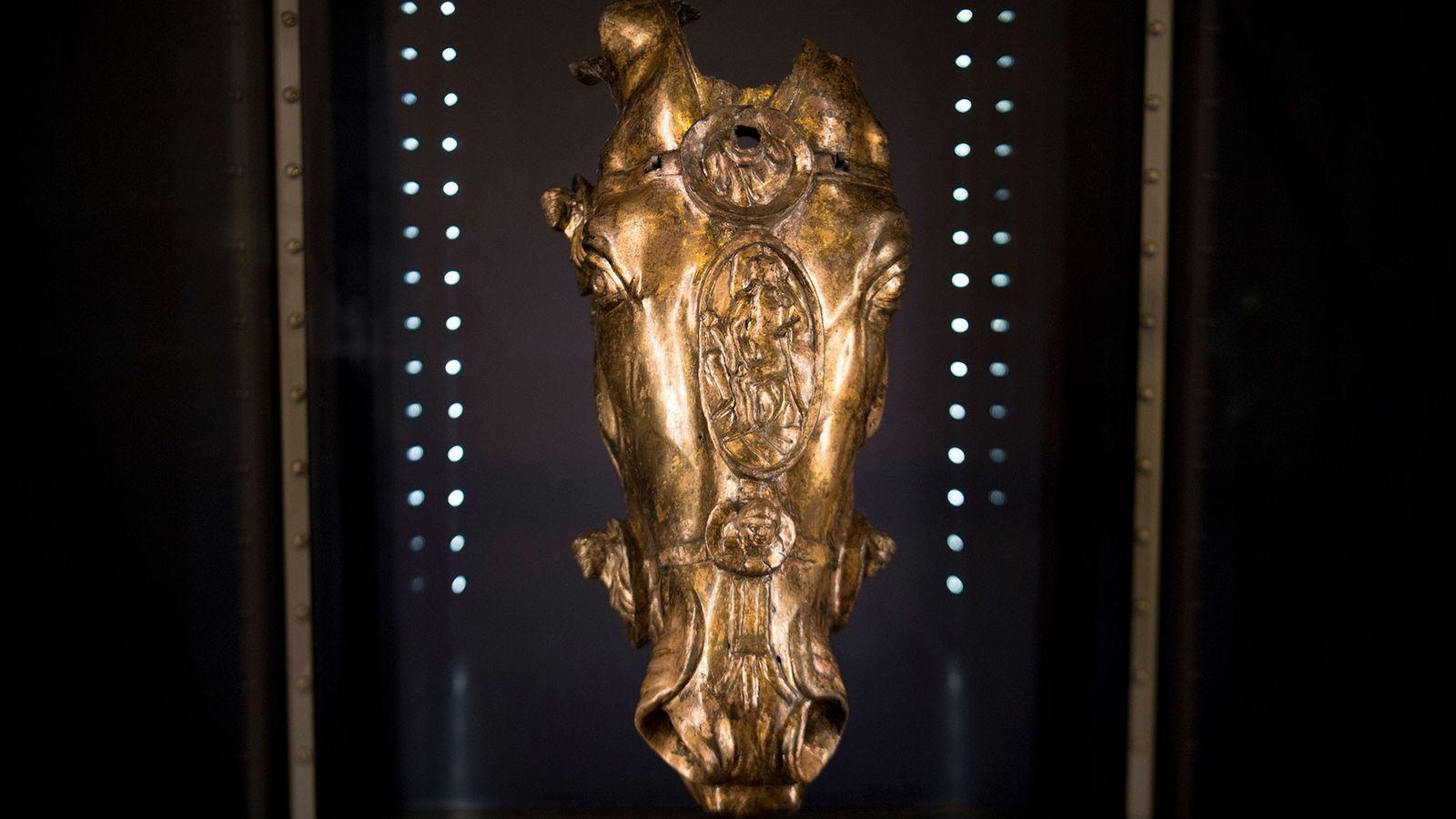 Esta cabeça de cavalo dourada, atualmente exposta na Alemanha, é provavelmente um pedaço de uma estátua ...
