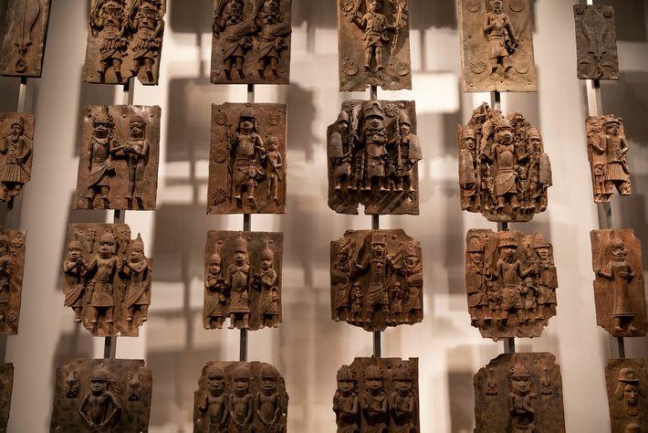 Placas de latão que antes adornavam o palácio real de Benin agora cativam os visitantes do ...