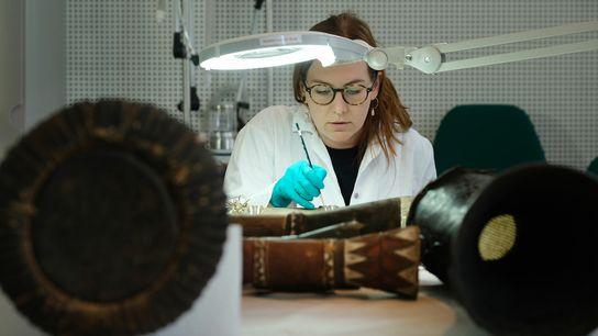 A restauradora Roxane Julie von der Beek recuperando tambor originário do Mali, no Museu Etnológico de Berlim, ...