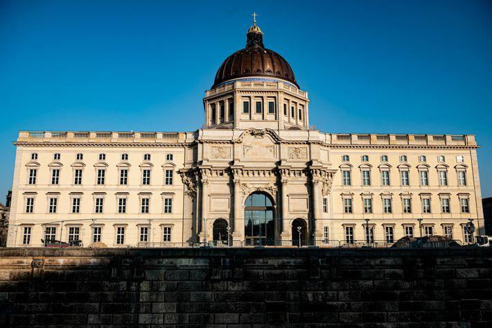 Ocupando um palácio prussiano reconstruído no coração de Berlim, o Fórum de Humboldt está no centro ...