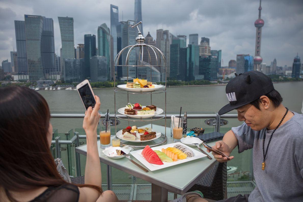Um casal desfruta de seu chá da tarde em um hotel de luxo em Shanghai, com ...