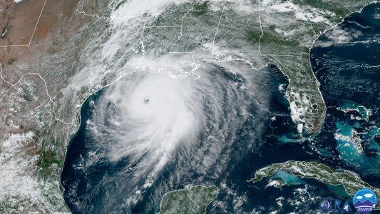 Furacão Laura toca solo e inunda estados do Texas e Lousiana