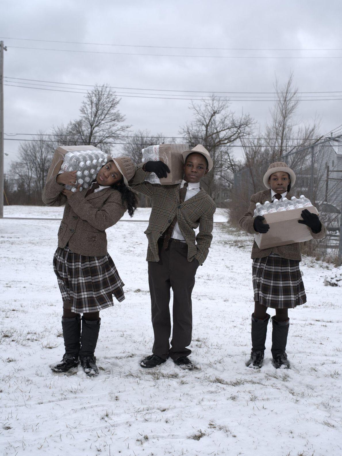 2016  Os irmãos Julie, Antonio e India Abron coletam sua cota diária de garrafas de água no ...