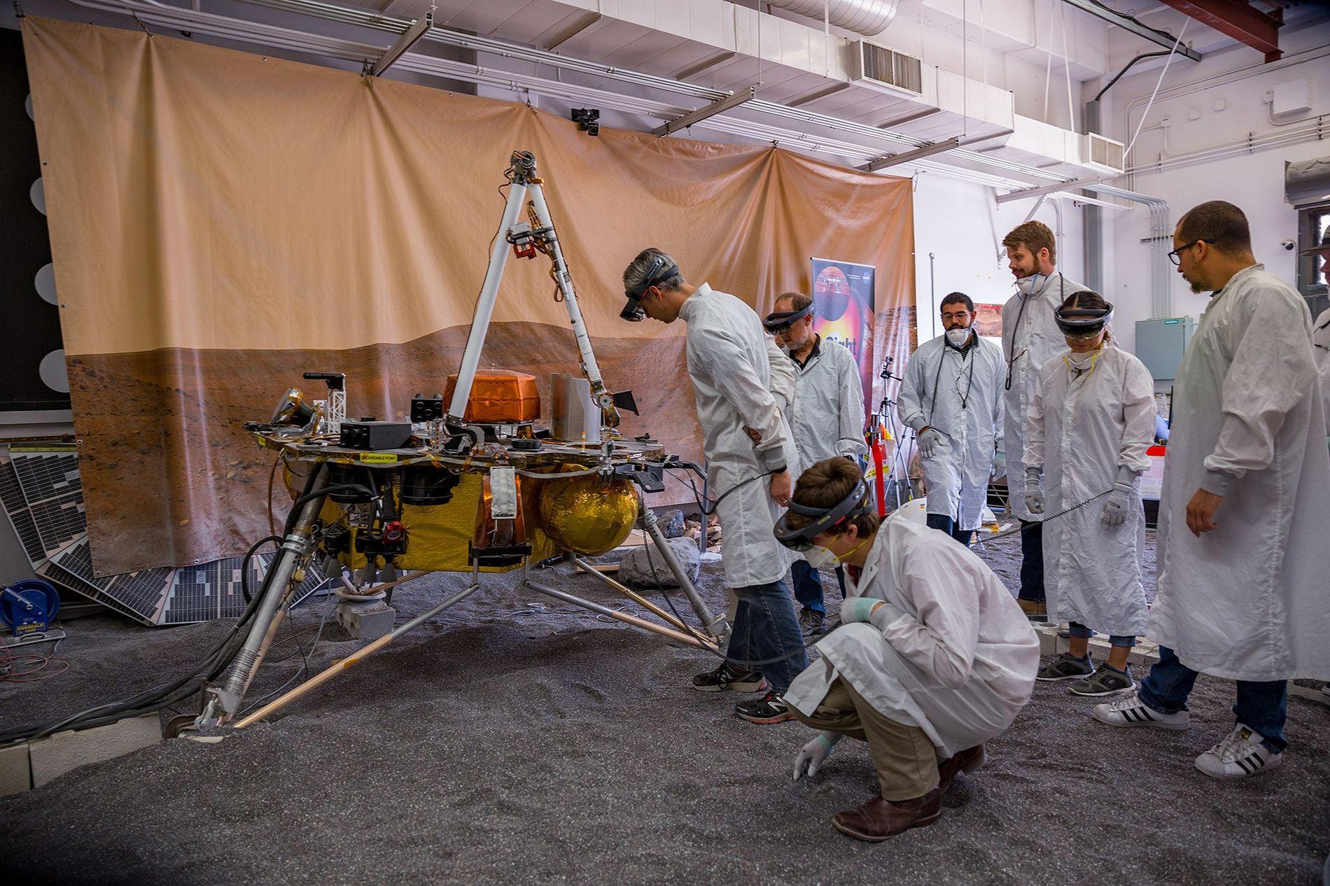 Uma equipe de cientistas trabalha com uma réplica da sonda InSight no In Situ Instrument Laboratory, ...