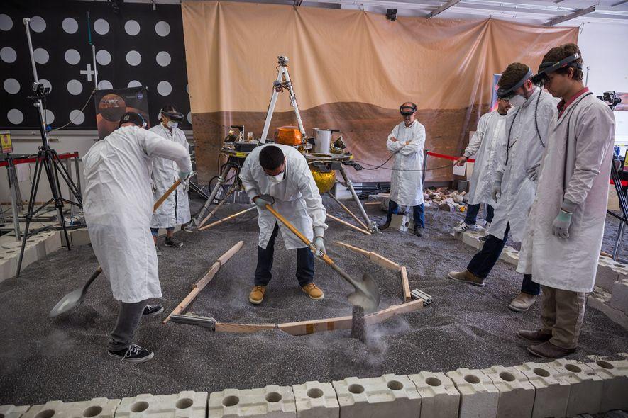 Engenheiros do In Situ Instrument Lab escavam uma trincheira que corresponde ao cenário de realidade aumentada ...