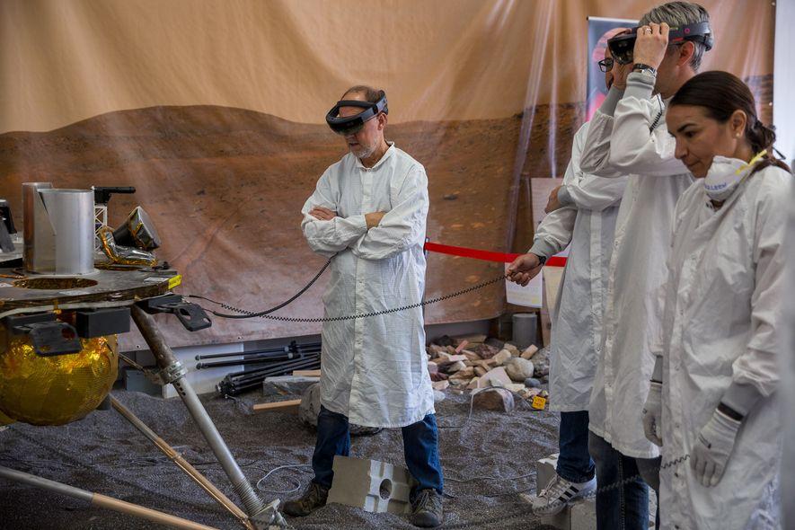 O investigador principal da InSight, Bruce Banerdt (centro), com a réplica da espaçonave no In Situ ...