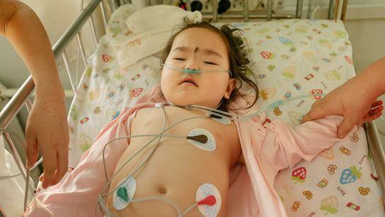 Uma menina de dois anos com pneumonia é tratada na UTI de um hospital em Ulaanbaatar. ...