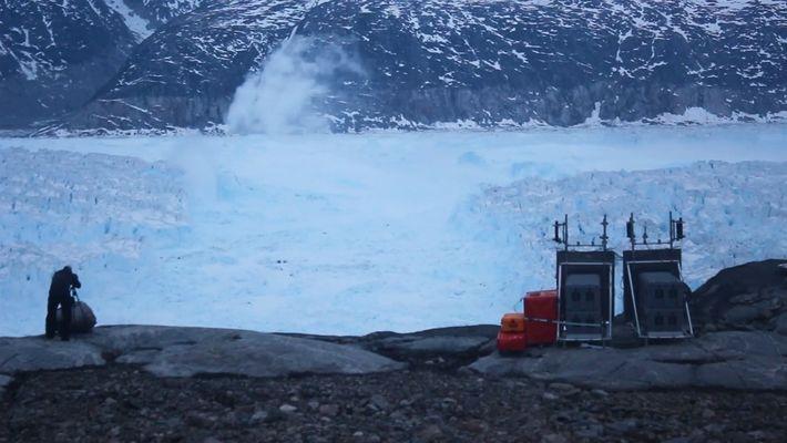 Vídeo mostra iceberg do tamanho de 1,4 mil campos de futebol se desprendendo de geleira