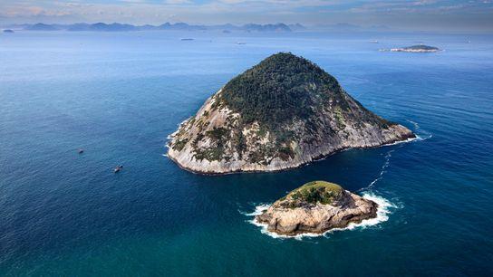 O arquipélago fica a cerca de 5 km da praia mais famosa do mundo, Ipanema, no ...