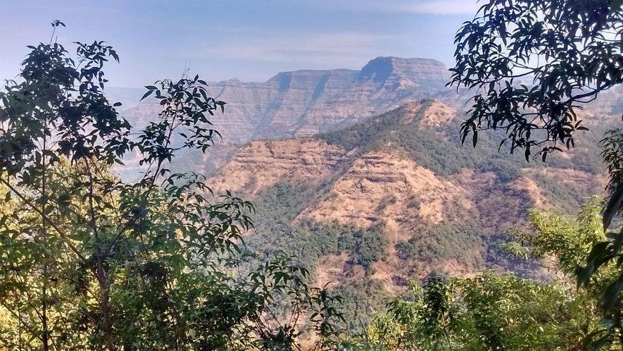Essas montanhas nos Gates Ocidentais da Índia são compostas de muitas camadas de lava das erupções das Armadilhas de Deccan, intercaladas com leitos de sedimentos ricos em cinzas conhecidos como redboles.