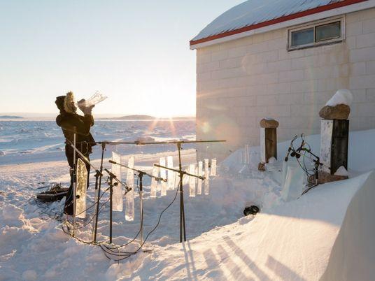 Tocando de cabeça fria: esses artistas fazem música usando instrumentos de gelo