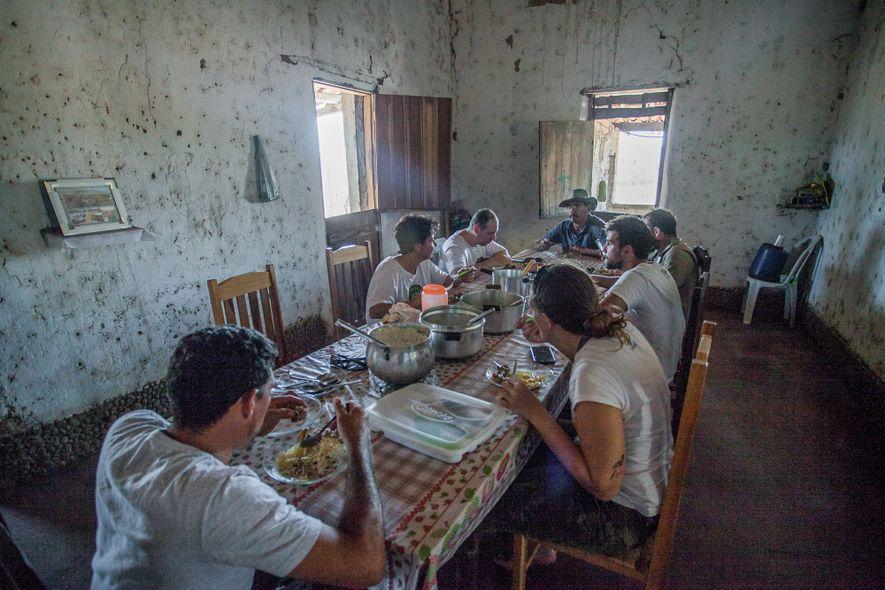 Equipe de pesquisadores almoça na casa de uma família.