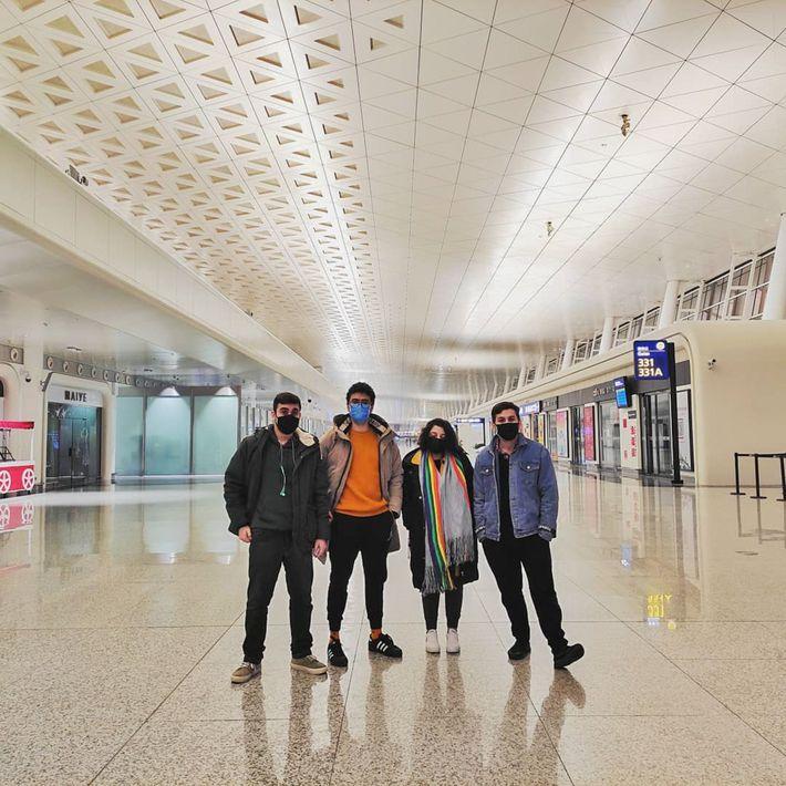 Ao chegar no aeroporto para embarcar na aeronave brasileira que os trariam de volta para o ...