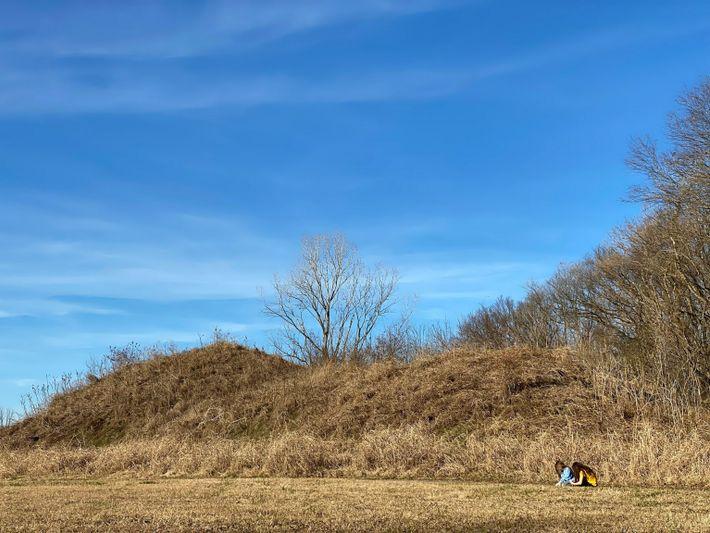 Hoje, os 12 montes que restaram servem como um sítio arqueológico onde os visitantes podem aprender ...