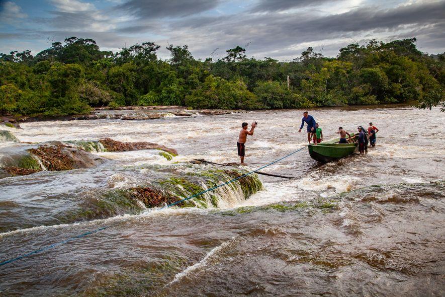 Para chegar aos castanhais das suas comunidades, estes coletores do Amapá precisam enfrentar as pedras e ...