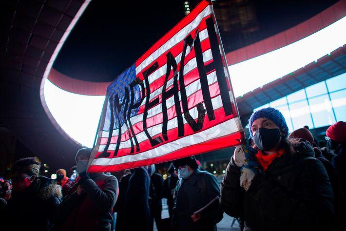 Manifestantes seguram uma faixa solicitando o impeachment do presidente dos Estados Unidos, Donald Trump, durante um ...