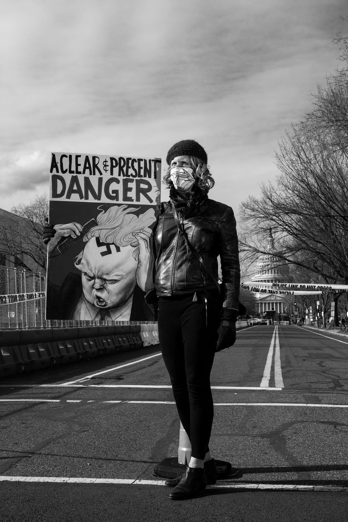 18 de janeiro: Uma residente de D.C. segura uma placa de protesto ecoando a afirmação da ...