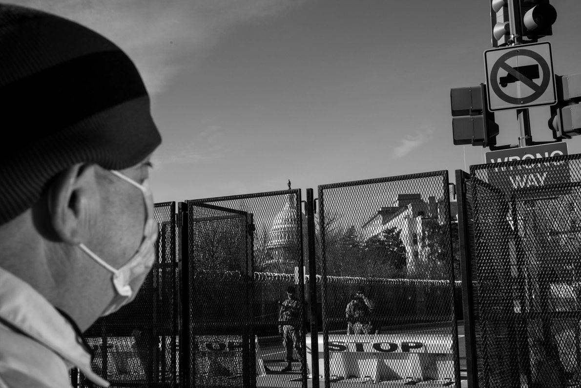18 de janeiro: Os transeuntes param para observar os guardas nacionais posicionados ao redor do Capitólio. ...