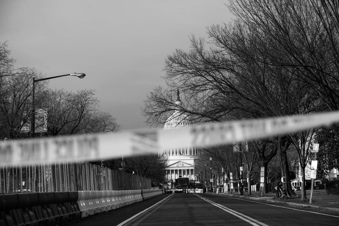 18 de janeiro: Cercas, barricadas de concreto e até fitas policiais marcam as ruas ao redor do Capitólio ...
