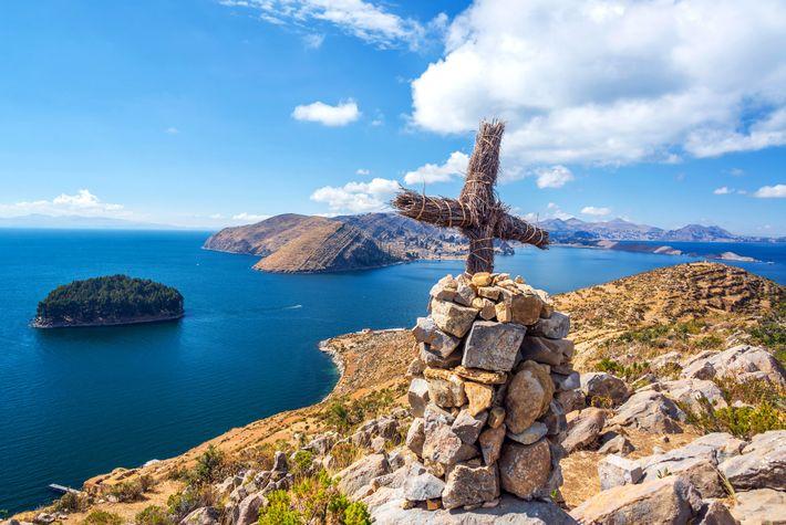 As ruínas, algumas datadas do século 15, cobrem as colinas da Isla del Sol com vista ...
