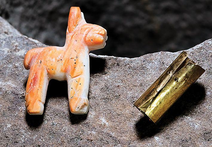 A caixa de oferendas continha uma lhama em miniatura feita de conchas de cor coral e ...