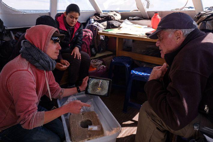 A bordo de uma embarcação de pesquisa no Lago Titicaca, Christophe Delaere, diretor do projeto, e ...