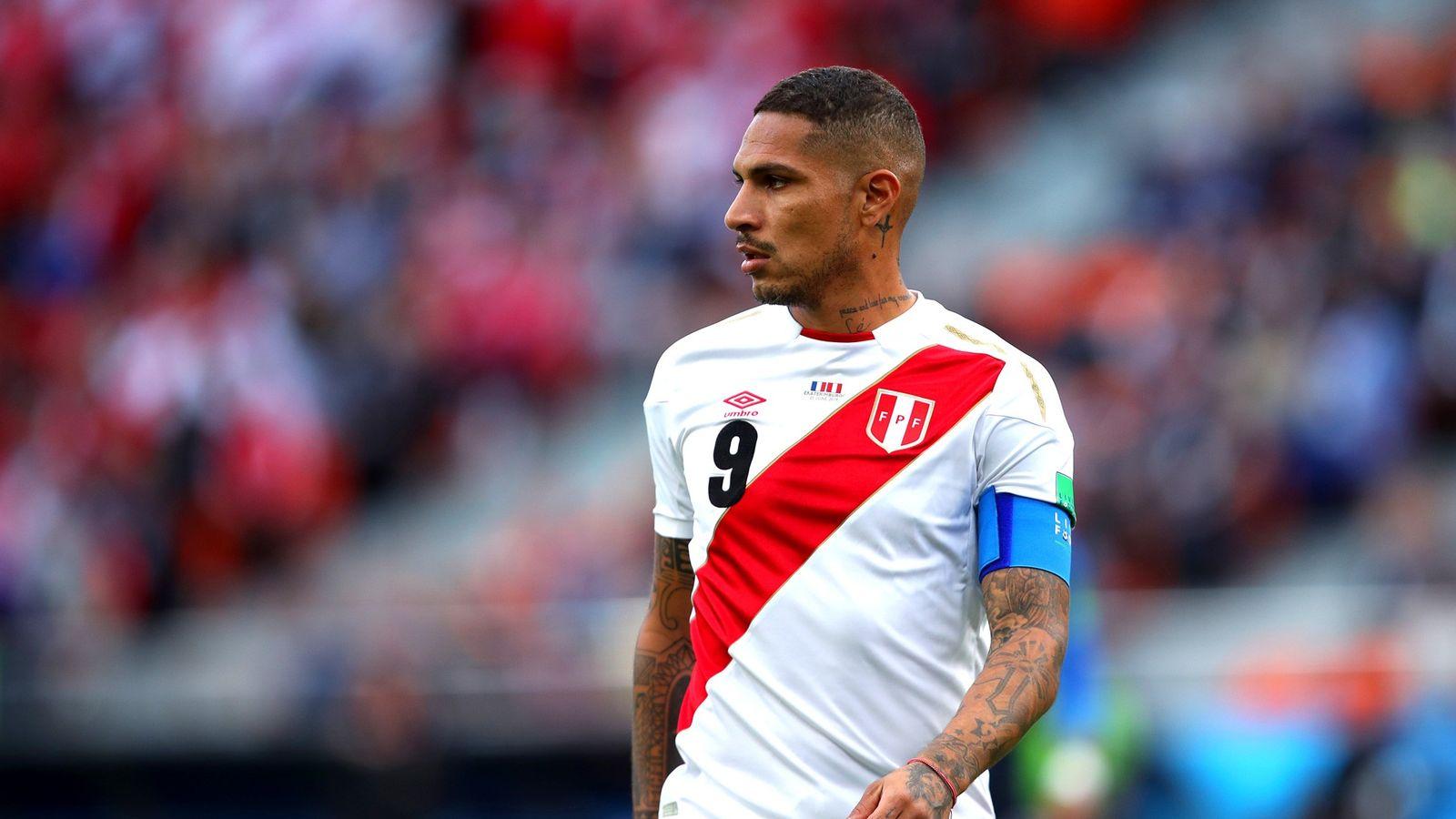Paolo Guerrero em ação na Copa do Mundo 2018, quando o Peru enfrentou a França, em ...