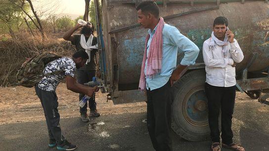 Os parceiros de caminhada de Paul Salopek, Verinder Singh (à direita) e Siddharth Agarwal (ao fundo, ...