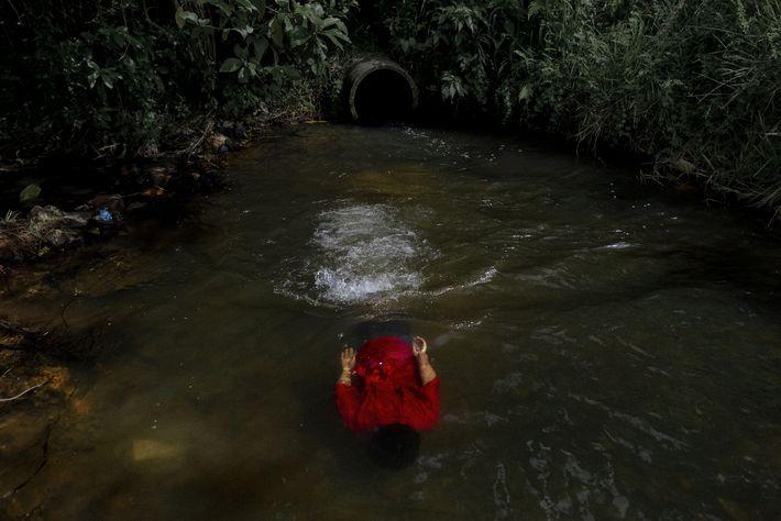 """Criança guarani nada perto de sua aldeia. """"Não temos água potável na aldeia"""", lamenta Thiago Karaí ..."""