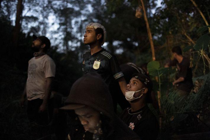 """Em junho, jovens guaranis se reuniram para combater um incêndio. """"É o nosso trabalho"""", afirma o ..."""