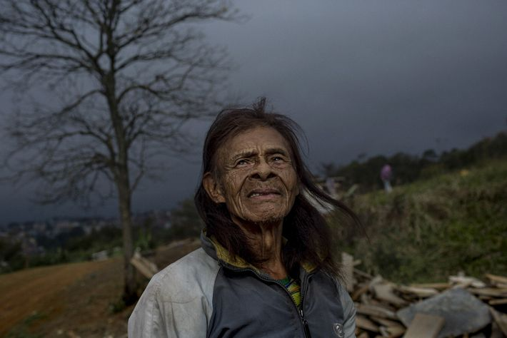O SARS-CoV-2 ameaça a vida de anciãos como Hortencio Karai, com 107 anos, que costumam ser ...