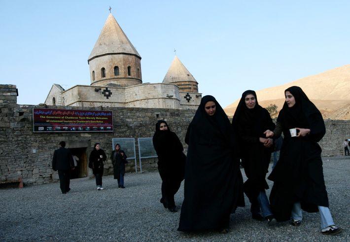 Muçulmanas iranianas visitam o patrimônio mundial da UNESCO em Qara Kelisa (Mosteiro Negro) em Chaldran, no ...