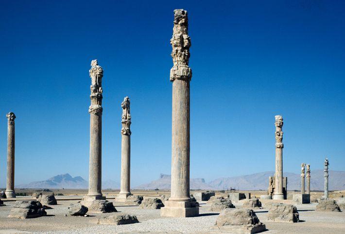 Colunas de um palácio real de 2,5 mil anos erguem-se no sítio arqueológico de Persépolis, a ...