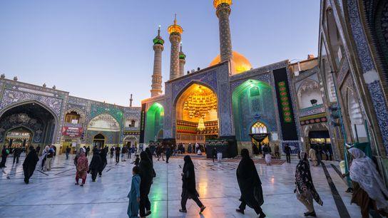 Fiéis reúnem-se no pátio do Santuário de Fátima Masumeh, na cidade de Qom. Originalmente construído no ...