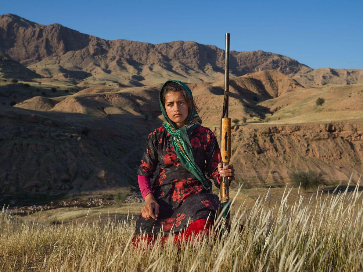 Na província de Khuzestan, Masoumeh Ahmadi, 14, segura a espingarda da sua mãe. Quando uma mulher ...