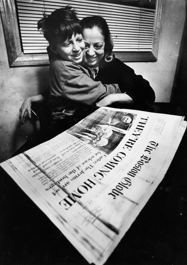 Andrew Kalp, 12 anos, e sua mãe, Lisa Swartz, comemoram depois de ler que o pai ...