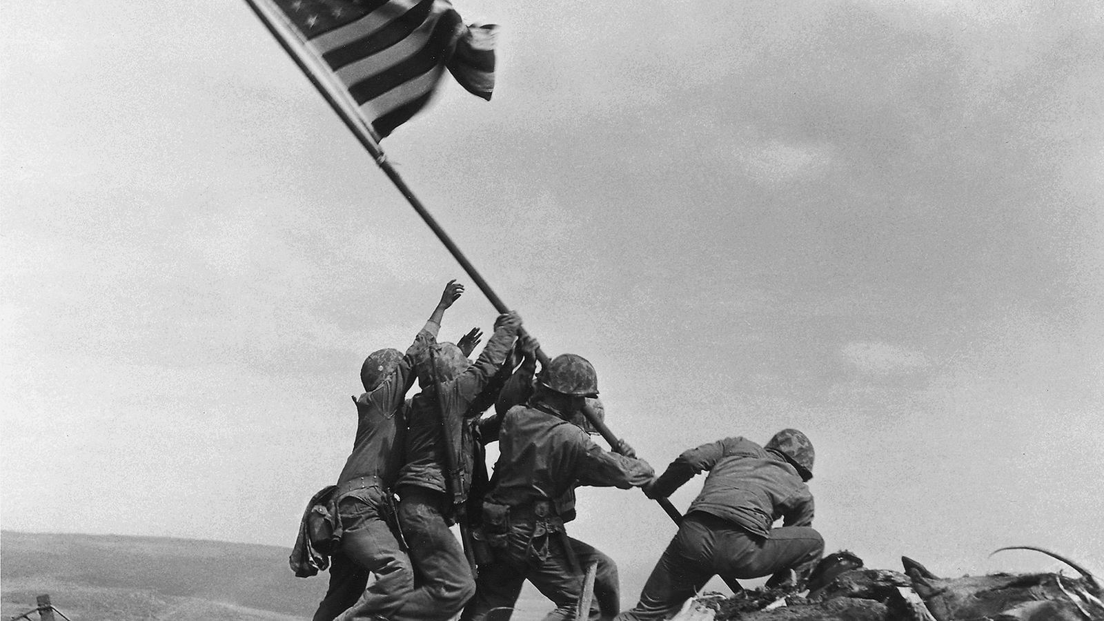 Após cinco dias de combates intensos, os fuzileiros navais dos Estados Unidos hastearam uma bandeira norte-americana ...
