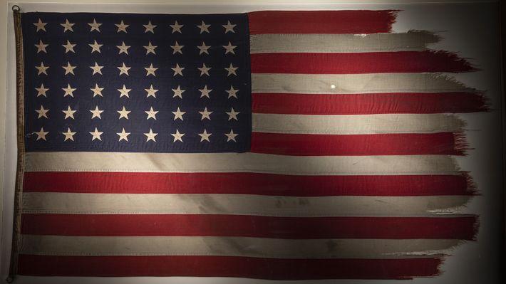 Em homenagem ao 75º aniversário da Batalha de Iwo Jima, a bandeira que ficou famosa com ...